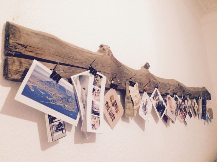 Schöne Idee, um Einladungen, Urlaubspostkarten und Danksagungen in Szene zu setzen. Ein schönes altes Brett, ein paar Nägel und Architektenklammern. Fertig