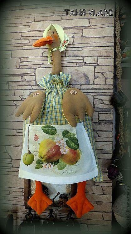 Купить или заказать УТКА С ЯБЛОКАМИ (пакетница) в интернет-магазине на Ярмарке Мастеров. Предназначена для хранения пакетов и всякой всячины на вашей кухне! Голова и крылья уточки сшиты из нежнейшего флока (искусственная замша), клюв и лапки - из микровельвета, капор и мешок (размером 27 х 37) из тонкого хлопка, продублированного флизелином, на подкладке, В кулиске справа продет шнур для затягивания мешка,на концах деревянные бусины, крылья на деревянных пуговицах вращаются, сзади на шее…
