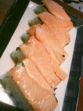 押し寿司用の型がないのでタッパーで作ってみました。おまけに、スモークサーモンが安かったぁ~ヽ(*^^*)ノ