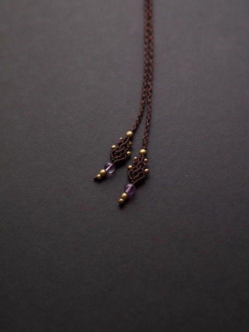 アメジスト(ブラジル産)&ラブラドライト(アフリカ産)&ルチルクォーツ(ブラジル産)/マクラメ編みアシンメトリーペンダント紹介&販売。蓮の花をイメージしたアシンメトリーペンダント。 深みのある高貴な紫色をしたアメジストに、 石一面が美しいシラーで輝くラブラドライト、 透明感んおあるクォーツにキラキラと輝く金針が美しいルチルクォーツを使用しています。 男女問わず身につけられるユニセックスデザインで、 一つのペンダントの中にいくつもの天然石をあしらった 贅沢なペンダントに仕上がっています。