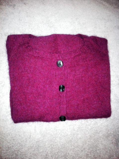 Min første top-down cardigan. Klippet op med steeking metode a la hobittens - super let:) 1 tråd lammeuld og 1 tråd mohair.
