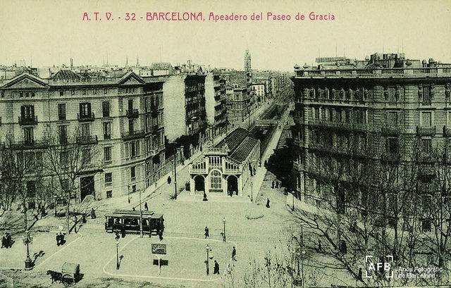 Vista general del baixador de Passeig de Gràcia, a la confluència entre el carrer Aragó (amb les vies al descobert) i la Rambla de Catalunya. Fotografia del període 1905-1915.