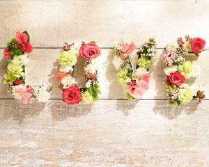 Une idée de cadeau de fête des mères inédite ? Truffaut vous aide à réaliser une composition florale originale créée à partir de lettres en carton, de mousse florale et de fleurs coupées.