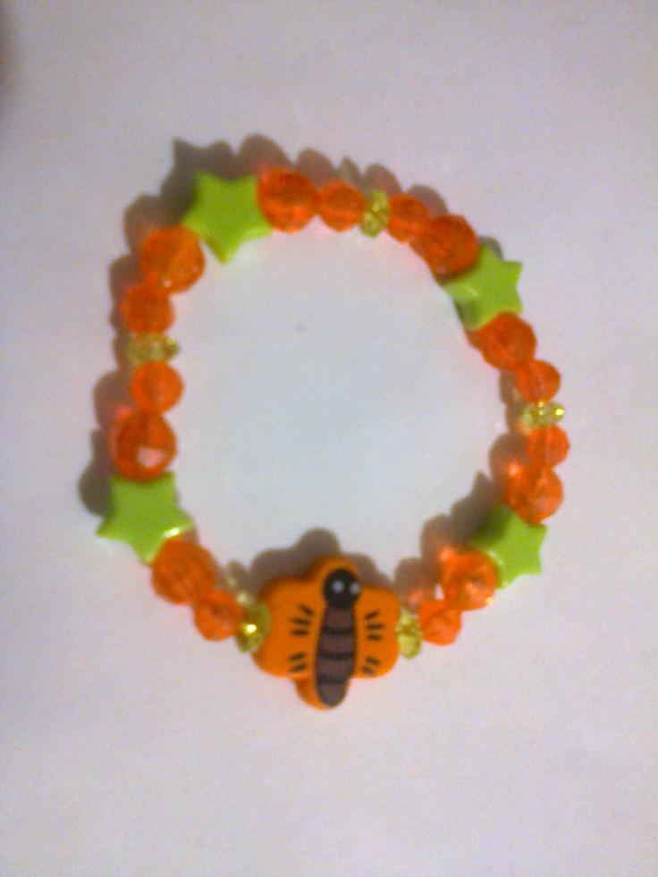KA_P007 - Pulsera en colores verde limón, naranja y cuenta de madera en forma de mariposa color naranja.