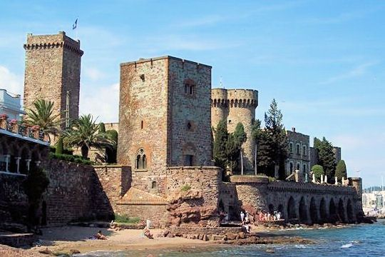 Close to Cannes, the Esterel hills, Mandelieu-la Napoule attracts people to its shores lined with isolated coves, and sandy beaches.