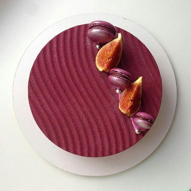 #Repost @elenkarpova: И вид сверху😊 внутри насыщенный влажный брауни с вишней, хрустящий слой с бельгийской вафлей и темным шоколадом, вишневое кремю, мягкое желе с цельной вишней, сливочный мусс на темном бельгийском шоколаде😋