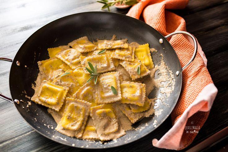 Ravioli noci e salvia, salsa alle noci burro e salvia, condimento velocissimo e saporito per primi piatti, ottimo con pasta fresca ripiena