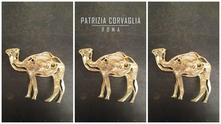 """""""Anche se lunga, dolce è la via ai tre cammelli dell'Epifania"""". (Anonimo) #patriziacorvagliagioielli #pattygioielli #glam #cool #fashion #artistic#roma #rome #handmadeinitaly #artandpoetry #creazione #gioielliunici #pezziunici #regalopersonalizzato #regalo2017 #parole #iniziali #poesie #epifania"""
