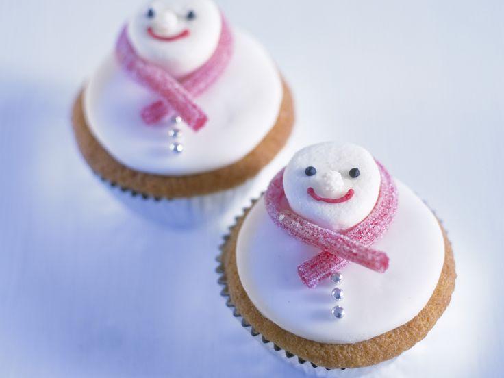Schneemann-Cupcakes für den Adventsbrunch  | Zeit: 35 Min. | http://eatsmarter.de/rezepte/schneemann-cupcakes