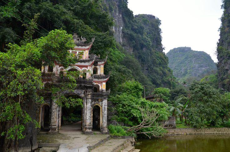 La Baie d'Halong Terrestre. Pagode de Bich Dong. Construite en 1821, elle regroupe plusieurs pagodes dont l'une est aménagée dans une grotte calcaire. Lieu impressionnant, rempli de mystère.