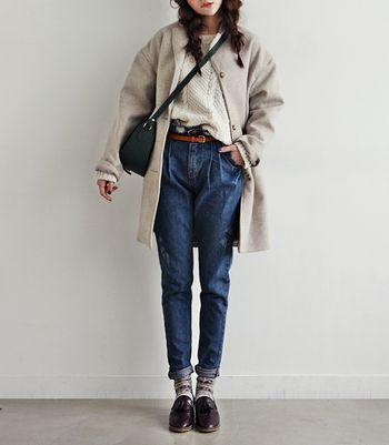 ハイウエストで腰まわりがゆったり余裕があるシルエットで、90年代に流行ったハイウエストデニムを彷彿とさせるデニムです。2016年は、そんなマムジーンズをロールアップして履くのがトレンドだそう。