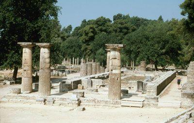 Heraion di Olimpia (600-590 a.C.). Eretto in onore di Hera, sorge all'interno del Santuario di Zeus ai piedi del Monte Cronio. Si tratta di una massiccia costruzione a pianta periptera con il naos suddiviso in 3 navate da 8 colonne per lato.
