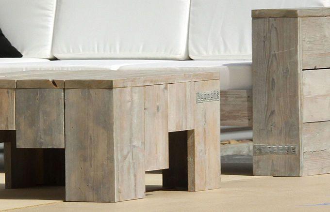 Die natürliche Patina des Holzes und die vorhandenen Gebrauchsspuren auf der Tischoberfläche sind gewollt und verdeutlichen die lange Geschichte der verwendeten Holzteile. Dadurch erhält jeder Tisch eine einzigartige und individuelle Note – Ihr Outdoor-Bereich verfügt nun über ein echtes Stück Geschichte.