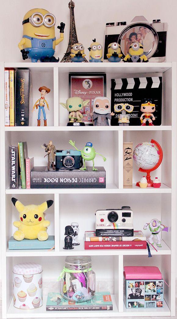 Estante decorada com vários bonecos da Disney e outros itens. ♥_♥