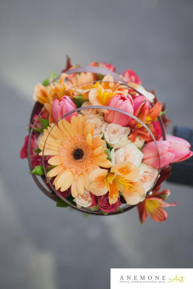 Buchet cununie civila rotund, in culorile toamnei: maro, portocaliu, piersica piperat cu un pic de roz. Buchetul este alcatuit dintr-o varietate interesanta de flori: mini gerbera, alstroemeria, mini rosa si lalele.