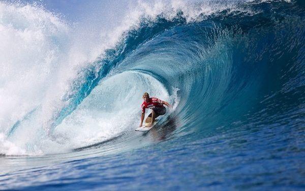 Surf: Uno de los deportes de riesgo más populares y más practicados en los que tan sólo se require una tabla y un poco de estabilidad, además de práctica, pasear por encima de las olas.