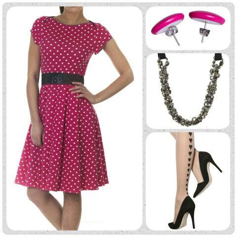 Friday favourites! Solvei kjolen med pink prikker er uden tvivl en af smertens mest populære kjoler fra Weiz Copenhagen, og det er ikke svært at flytte hvorfor. Den er super cute, rå og retro på samme tid.  Dress den op med en statement halskæde og et par hjerte strømper fra Pretty Polly