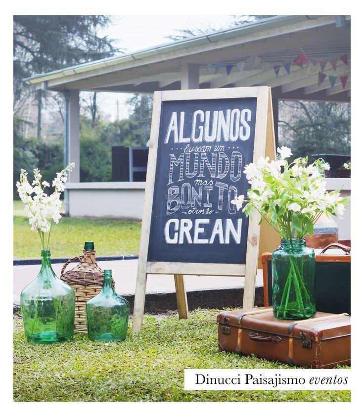 Deco vintage para entrada al salón  #party #flower #color #wedding #casamiento #flores #inspiracion #details #vintage #valija #flores #lettering #pizarra #boda #ambientación