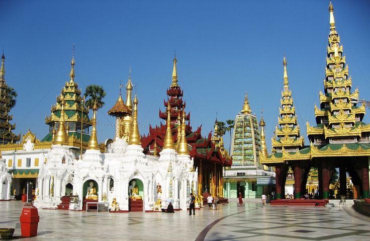 """#Yangoon, #Myanmar. To tak zwana """"Brama Myanmaru"""". Niewątpliwie największą atrakcją i zarazem dumą narodową Birmańczyków jest znajdująca się tutaj ogromna złota stupa Shwedagon Paya, ale na uwagę zasługują także liczne przykłady brytyjskiej architektury kolonialnej, spacer w """"Ogrodzie Wschodu"""", czy przyjemne restauracje serwujące pyszne lokalne dania."""
