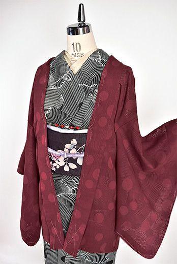 ブラウンに近い落ち着いたボルドーレッドに水玉模様がモダンに浮かぶ涼やかな紗の薄羽織です。