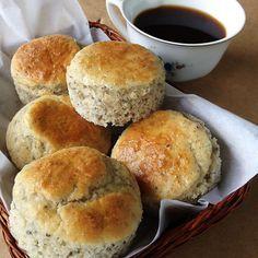Pãezinhos rápidos - Não aguenta mais comer tapioca no café da manhã? Experimente esses pãezinhos que podem ser doces ou salgados.