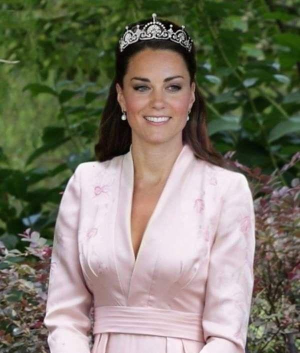 تاج The Lotus Flower Tiara أو تاج زهرة اللوتس وهو يعرف أيضا بإسم تاج البردي Papyrus Tiara من مقتنيات العائله الم Flower Tiara Catherine Middleton Fashion