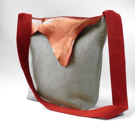 Sac de IkaBags ( Recycled Arva hemp linen messenger with recycled brushed red leather flap)