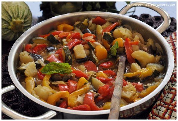 CIANFOTTA Friggere con l'aglio i peperoni a strisce e metterli da parte, nello stesso olio rosolare la cipolla, tagliare a tocchetti e unire alla cipolla melanzane, patate, pomodori, salare e cuocere a fuoco basso e coperto per mezz'ora; controllarne la densità e se troppo brodosa, lasciare addensare a pentola scoperta, aggiungere i peperoni fritti, il mazzetto e aggiustare di sale. Servire preferibilmente tiepido.