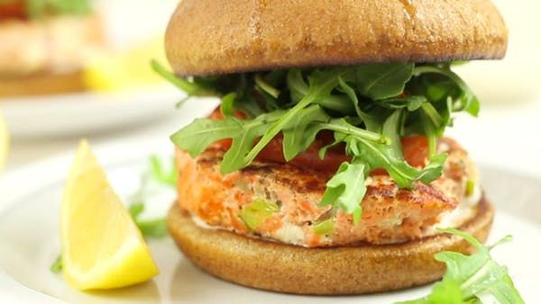Receita com instruções em vídeo: Esse hambúrguer de salmão é leve e super saboroso! Ingredientes: ● Para o molho:, 1/2 xícara de iogurte natural grego, 1 colher de sopa de suco de limão siciliano, 1 pitada de pimenta caiena, 1/2 colher de chá de alho em flocos, 1/2 colher de chá de sal marinho, ● Para os hambúrgueres:, 500g de filé de salmão picado, 1/2 colher de chá sal marinho, 1 pitada de pimenta preta, 1 colher de sopa suco de limão siciliano, 1 colher de chá das raspa...