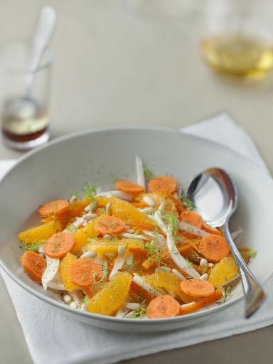 Salade orientale au fenouil et aux carottes avec du fenouil, des carottes, 1 orange, des pignons, du cumin et de l'huile d'olive