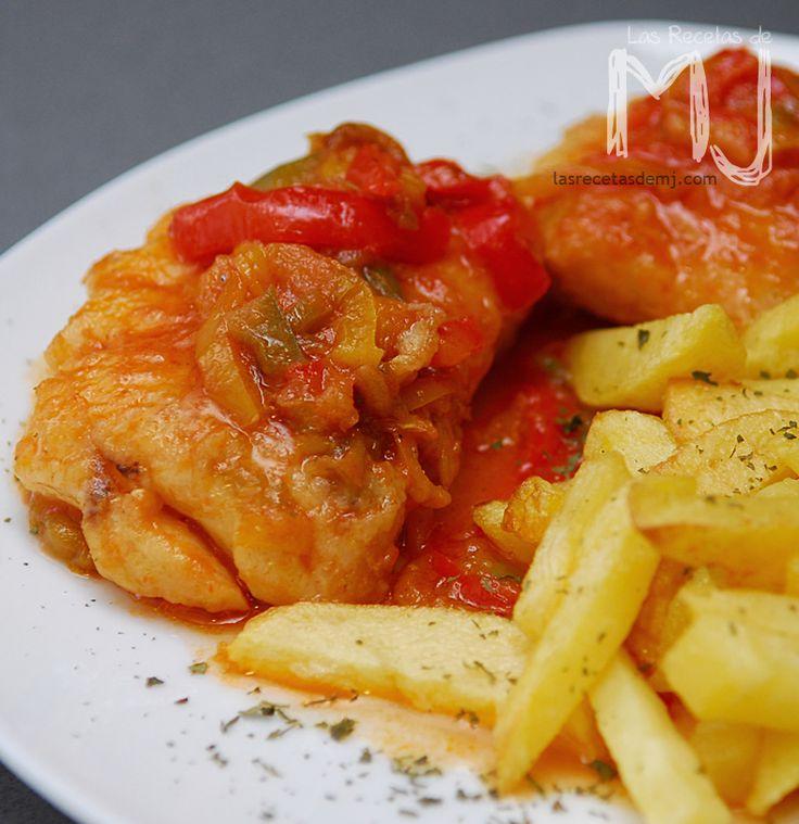INGREDIENTES: 4 personas 1 merluza mediana 1 pimiento rojo 1 pimiento verde italiano grande 1 cebolla 2 tomates rojos Perejil seco ...