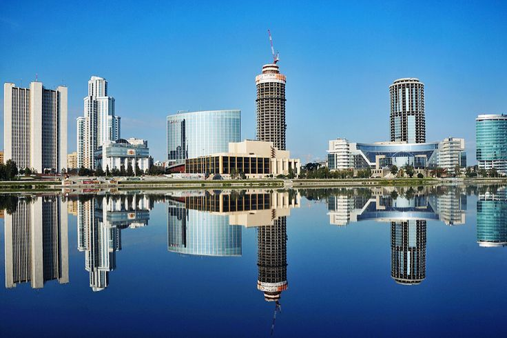 Рынок Екатеринбурга схож с московским с точки зрения структуры новостроек, в которой существенную долю составляют апартаменты. В городе в основном строится эконом- и комфорт-класс, хотя регион нуждается в жилье уровнем повыше. В прошлом году количество объектов класса «бизнес» и «элит» не превысило 1% от общего объема новостроек. Всего на данный момент в Екатеринбурге возводится более 2,6 млн кв. м многоквартирного жилья. Цена — 68,3 тыс. руб. за 1 кв. м. За год цены выросли на 4%.