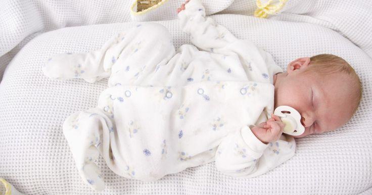 Cómo hacer ropa para bebés prematuros. Un prematuro es un bebé que nace antes de las 37 semanas de embarazo y que generalmente pesa menos de 6 libras (2,75 k). Encontrar ropa puede ser difícil en muchas tiendas, o la selección podría ser muy escasa. Como estos bebés son tan pequeños, casi toda la ropa de recién nacido les queda grande y a veces afecta su habilidad para moverse. Hacer ...