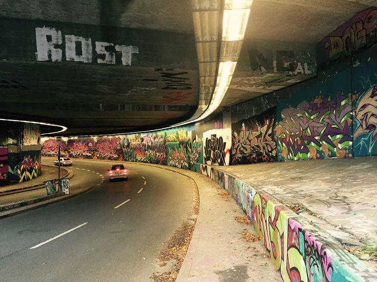 GRAFFITI AN DER RUHR UNI BOCHUM  Uni Bochum, wird von Künstlern der ganzen Graffiti Welt bewundert und bespielt.  Der Graffiti -Beauftragte der Stadt Bochum, Jürgen Kotbusch, hat vor 15 Jahren dafür gesorgt.   Die Uni ist nur ein Ort, in Bochum, wo Sprayer legal ihre Bilder schaffen können. -----