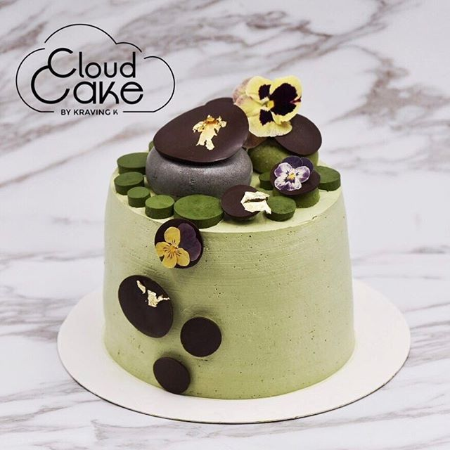 [Matcha ☁️ cake]  Fluffy Matcha #cloudcake with Uji matcha powder , Uji matcha jelly, Uji matcha Hokkaido cream, crunchy base with valrhona chocolate , Uji matcha mousse, Tokachi Red Bean, edible flowers 🌺 •••••••••••••••••••••••••••••••••••••••••••••••••••••🍰Hokkaido fresh cream is available on your cloud cake only for a limited period of time •••••••••••••••••••••••••••••••••••••••••••••••••••••🌺Fresh edible flowers available with a minimum 7days notice…