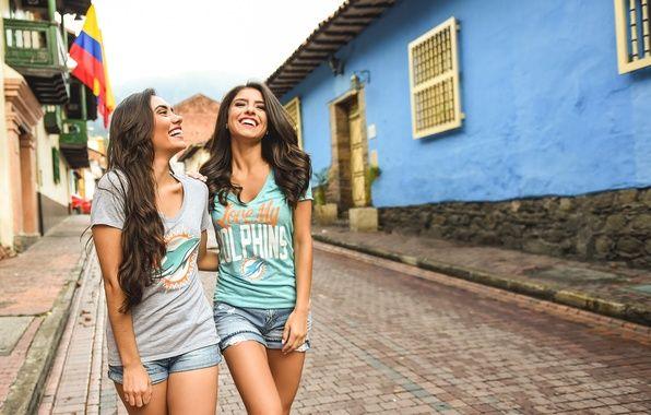 Обои лето, девушка, улыбка, улица, смех, прогулка картинки на рабочий стол, раздел настроения - скачать