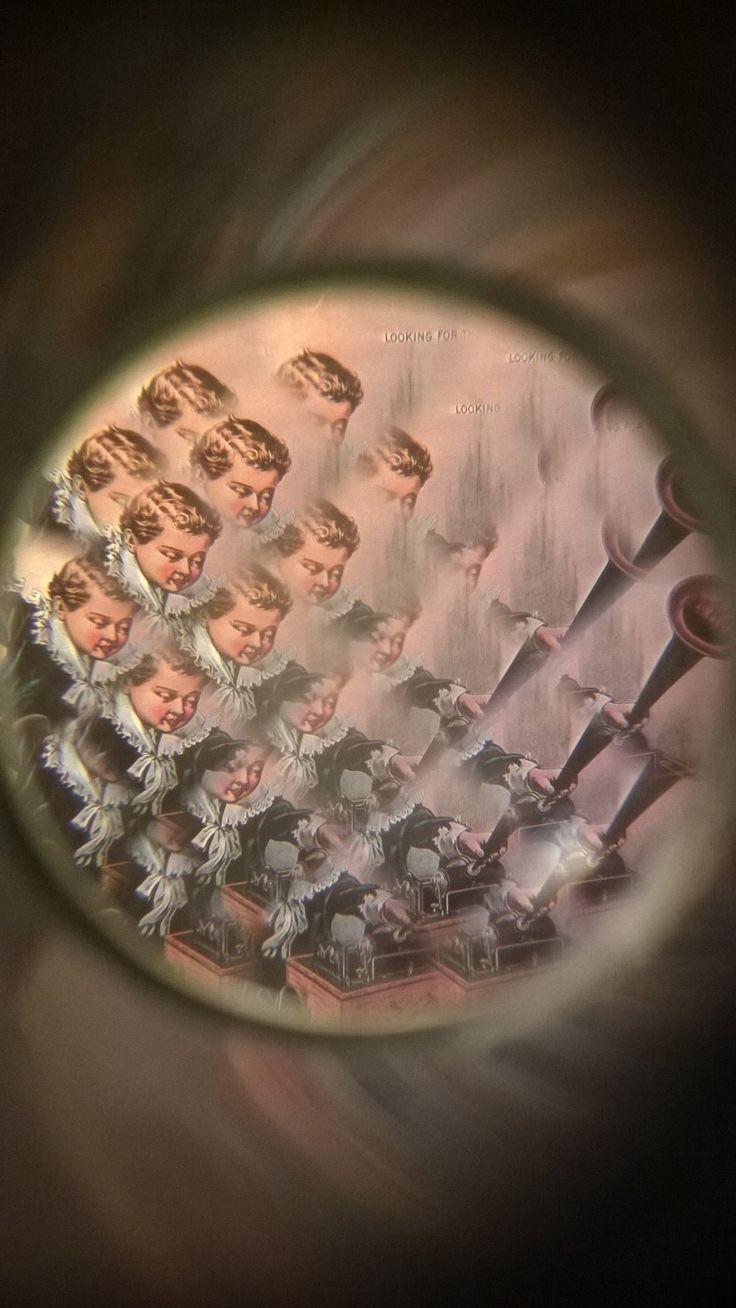 Tutti i grandi sono stati bambini una volta. (Ma pochi di essi se ne ricordano).  Mentre stiamo ultimando i lavori alla programmazione del museo; il nostro spirito di fanciulli non ci ha abbandonato. Trovato nel cassetto una riproduzione del poliscopio; ci siamo dati alla pazza gioia. Il poliscopio, come quello che potete vedere nell'immagine ed esposto in museo, è uno strumento ottico del 1700 che, grazie ad una speciale lente, crea un effetto fantasmagorico di luci e di colori. :)