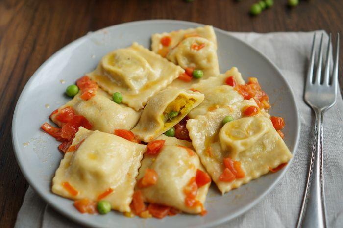 Равиоли с тыквой и горошком в томатном соусе |  Квадратные равиоли очень похожи на русские пельмени с различными начинками. Их название переводится как «маленькая репка»