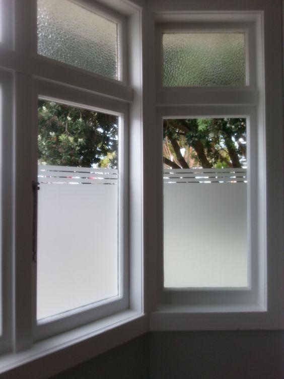 Ventanas de vidrio esmerilado, ayuda a tener un poco más de privacidad pero sin obstruir el paso de la luz.