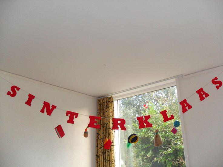 Sinterklaas-slinger: letters (Goudy Stout grootte 475) afdrukken. Twee keer uit rood vilt knippen. Bovenletter borduren met gouddraad en met vulling aan achterletter vastzetten. Aan een koord vastnaaien en er met nylondraad sint-zaken tussen hangen: klaar!