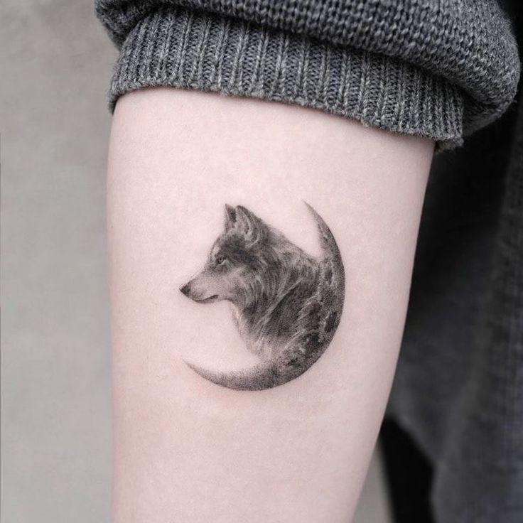 Pin de Andyara Caroline em Art em 2021   Tatuagem lobo simples, Lobo e lua tatuagem, Tatuagem
