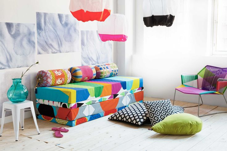 Monikäyttöinen sohva syntyy värikkäillä kankailla kuorrutetuista patjoista, jotka voi heittää lattialle siskonpediksi. Lahjapapereista saat seinälle hauskan tapetinkorvikkeen. Photo Piia Arnould.
