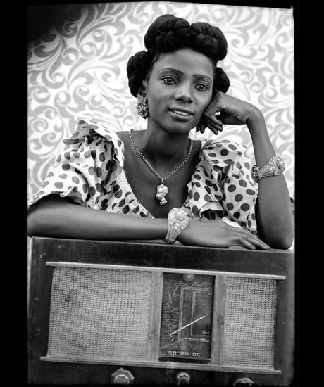 Seydou Keïta, Untitled, Silver gelatine print Suisse, Genève, Contemporary African Art Collection © Seydou Keïta / SKPEAC / photo courtesy CAAC – The Pigozzi Collection, Genève.