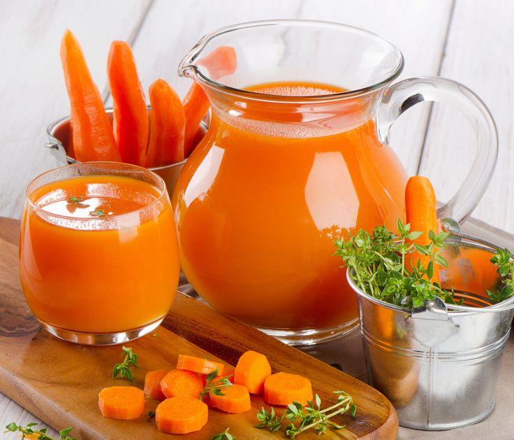 CENOURA + PEPINO + COUVE Benefícios: Rico em vitamina C, beta-caroteno e fibras, esse suco tem tudo para virar o queridinho entre as mulheres. Isso porque ele não só ajuda na prevenção do câncer de colo e de mama como também combate a celulite.  140 calorias Ingredientes 1 cenoura pequena descascada ou orgânica com casca 1/2 maçã 1/2 pepino japonês com casca 1 copo (200 ml) de água de coco 1 haste de hortelã 2 folhas de couve