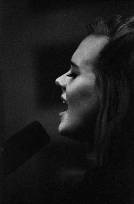"""Adele - 25. Албумът """"25"""" на Адел стана диамантен . Певицата получи плакет за постижението си в Медисън скуеър гардън в Ню Йорк, след като изнесе там шест концерта ... От """"25"""" досега са продадени повече от 9 милиона копия в САЩ. Албумът """"21"""" на Адел, излязъл през 2011 г., също бе обявен за диамантен. http://www.vesti.bg"""