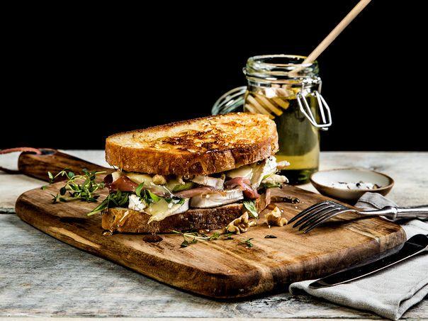 Ostesmørbrød med Chevre, spekeskinke, timian og pære | Oppskrift | Meny.no