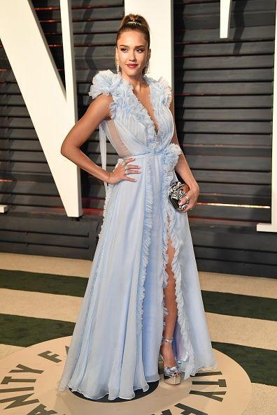 <p>Jessica Alba lució como una princesa en un diseño Ralph & Russo que combinó con tacones Giuseppe Zanotti, un bolso de mano Jimmy Choo y joyas Niwaka.  </p>