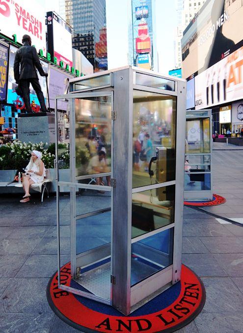 街角の公衆電話をハイテクWi-Fiハブスポットに切り替えるニューヨーク市の方針により撤去された電話ボックスが、タイムズ・スクエアのど真ん中に復活?! いい...