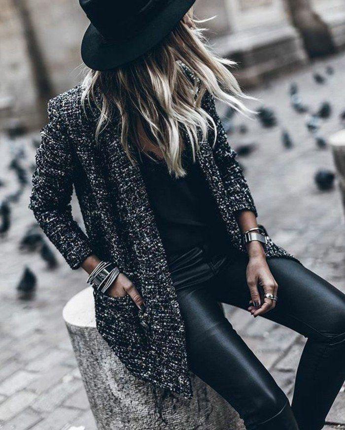 un look tout noir, un slim en cuir et un chapeau à longs bords, un manteau droit femme qui complète le look