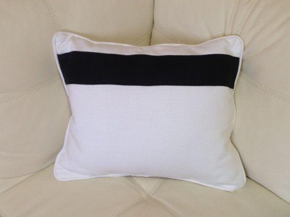 cuscini bianchi con fascia nera di eccletticointerni su Etsy, €25.00